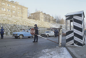 Estonia–Russia border - Traffic at the newly installed customs office in Narva, December 1991