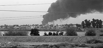 English: A smoke plume caused by an insurgent ...