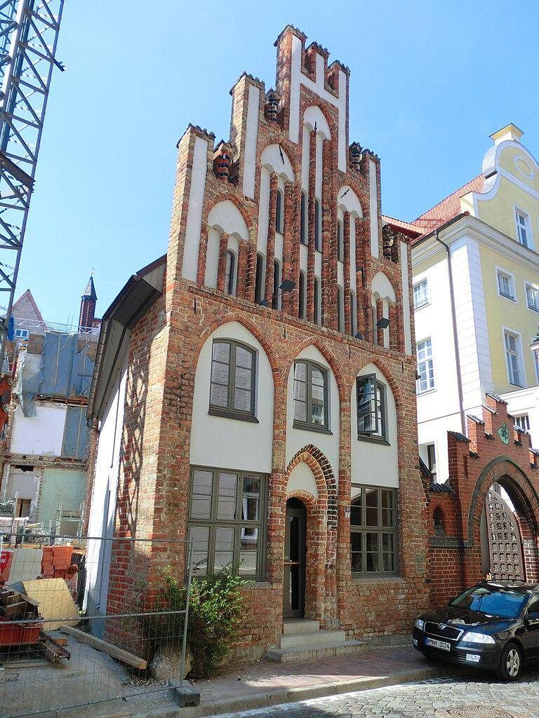 768px-Rostock_Hinter_dem_Rathaus_2_2011-05-07.jpg