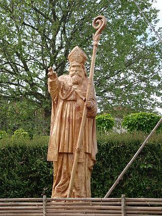 Statue av landsbyens skytshelgen i landsbyen Saint-Avit i departementet Drôme i regionen Auvergne-Rhône-Alpes, utført med motorsag av Adrien Meneau