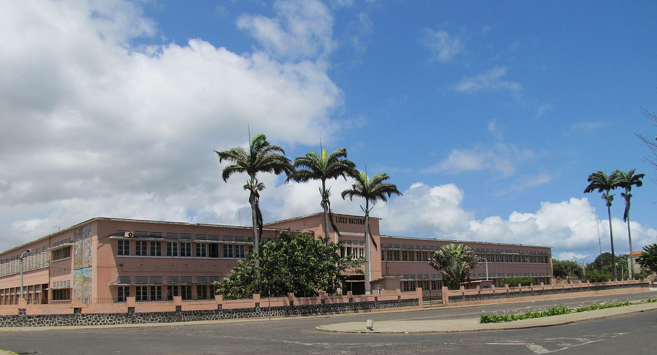 Sao Tome Liceu Nacional 1 (16061610770).jpg