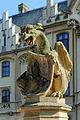 Sockelfigur mit Wappen beim Eingang vom Schloss Grafenegg.jpg
