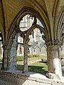 Soissons (02), abbaye Saint-Jean-des-Vignes, cloître gothique, galerie sud, arcade avec remplage, vue sur l'abbatiale 2.jpg