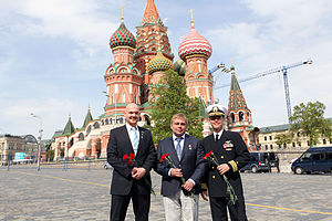 Soyuz TMA-13M - Image: Soyuz TMA 13M crew in front of St. Basil's Cathedral in Moscow with red flowers