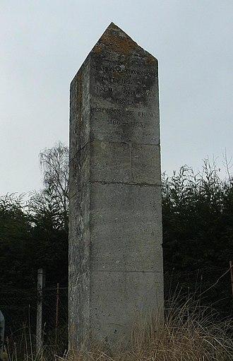 Méridienne verte - Stele at Saint-Martin-du-Tertre. The inscription refers to the geodesic survey of France 1866-1883.