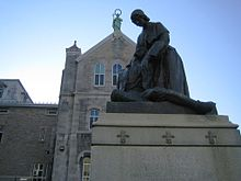 Statue of Jeanne Mance, at Hotel Dieu hospital (Montreal) 24-MAY-2006.JPG