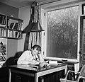 Student zittend aan tafel in een kamer in het studentenhuis, Bestanddeelnr 252-8920.jpg