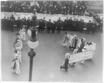 360px-Suffragettes_parading_with_banner dans le combat pour la parité