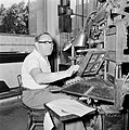 Tel Aviv. Typograaf aan het werk achter een linotype zetmachine in de drukkerij , Bestanddeelnr 255-1879.jpg