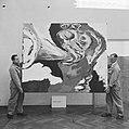 Tentoonstelling werken van Karel Appel in Stedelijk Museum , mensen richten de t, Bestanddeelnr 917-8995.jpg