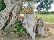 Современные раскрашенные лошади возле священного дерева, Тамилнад, Индия