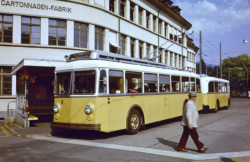 Fichier:Thun trolleybus 8 and trailer 23 at Thun Bahnhof in 1979.jpg
