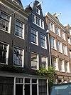 foto van Met nr 76 een complex etagewoningen vormend huis met gevel onder klokvormige top met rollagen