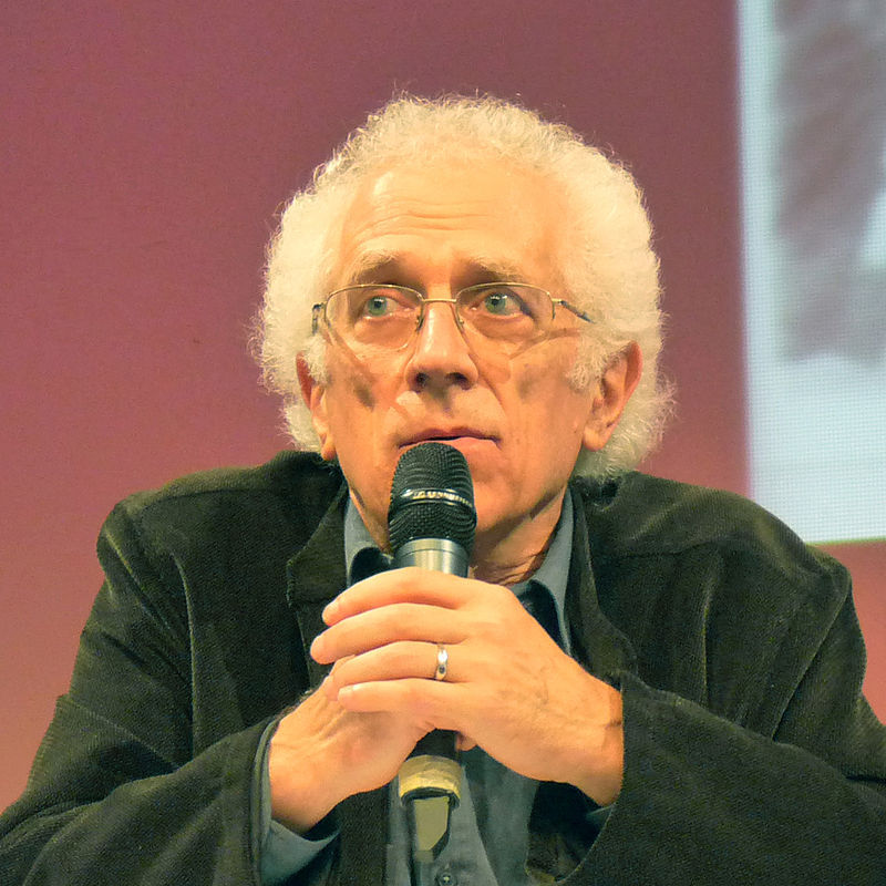 un arzillo anziano coni capelli bianchi cespugliosi e gli occhiali
