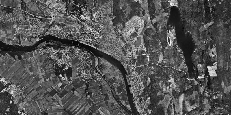Luftfoto over Umeå fra cirka 1960.   På billedet ses blandt andet tegn på flådningsaktivitet ved Øen.   Desuden kan man se at hverken Universitetet eller boligområderne øst for dette, som Mariehem og Ålidhem var begyndt at bygges.