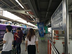 Victory Monument BTS Station, 27 July 2016.jpg