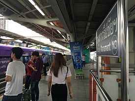 Victory Monument BTS Station, 27 July 2016.jpg