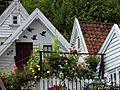 Viele Blumen schmücken im Sommer die Altstadt von Stavanger. 07.jpg