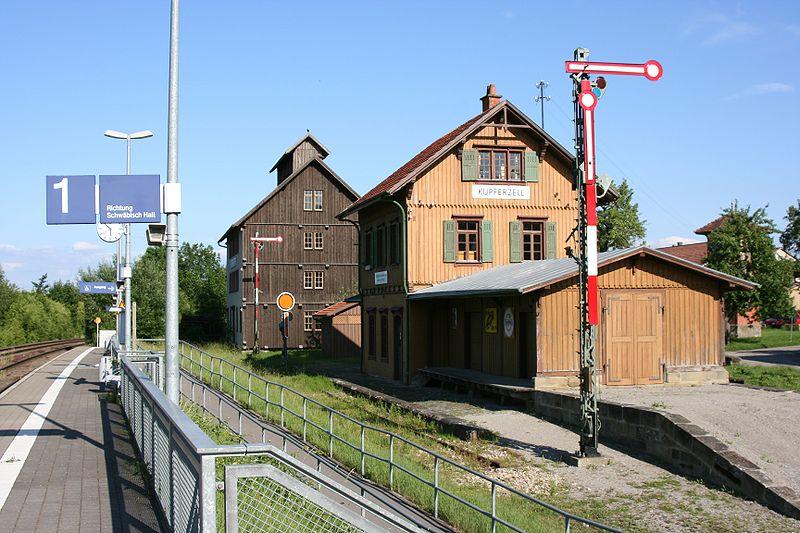 Estacion de real de Guglingen - Kit Faller 282707 800px-Wackershofen_Freilandmuseum_Bahnhof_Kupferzell_2_20070530