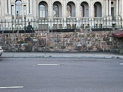 William Sokak ve Queens Wharf Yol istinat duvarları (2008) .jpg