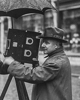 Willy Mullens achter de camera in 1928 in Breda