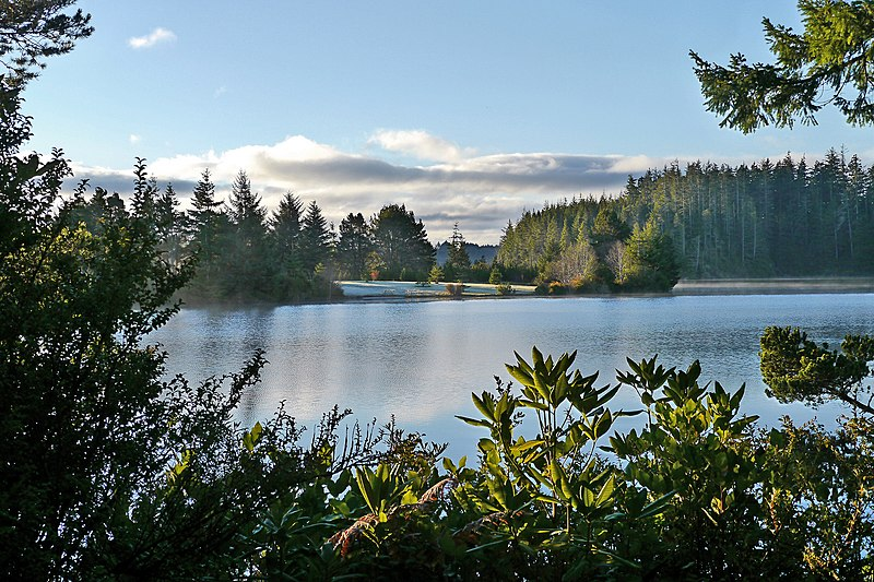 File:Woahink Lake south of Florence, Oregon.jpg