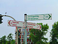 Zweifarbiger Radwegweiser in Hamburg.jpg