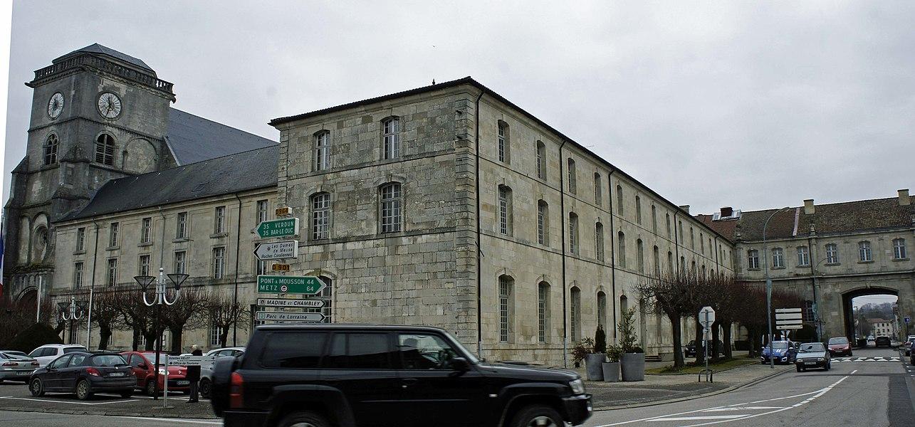 Église et ancien tribunal de St-Mihiel.