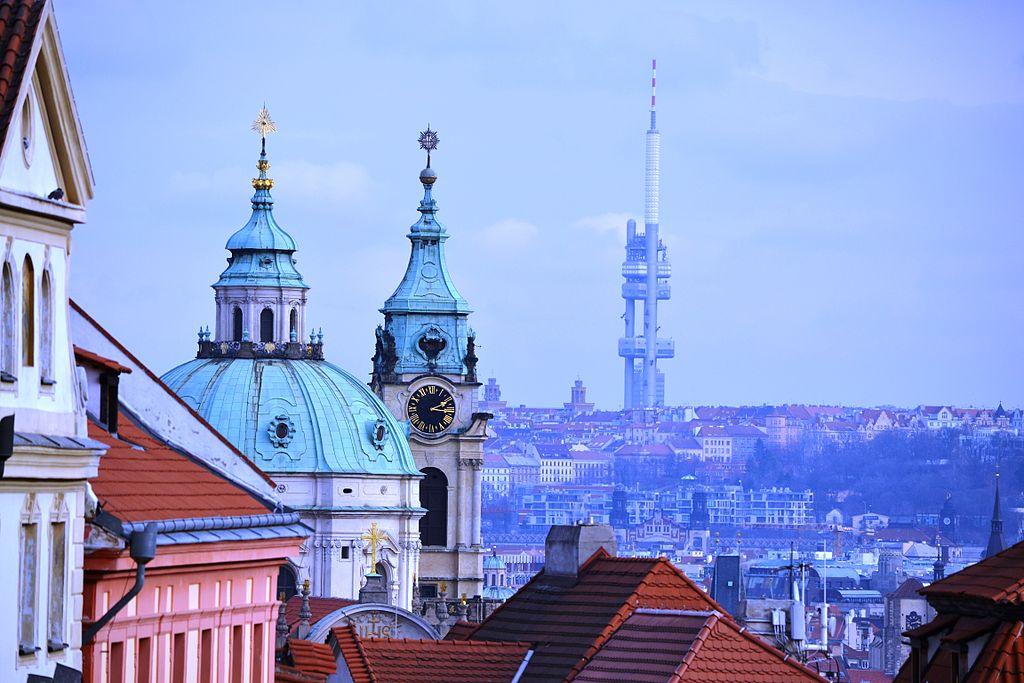 Sur la colline de Zizkov à Prague, une antenne improbable face à l'architecture baroque de la capitale tchéque. Photo de David Sedlecký