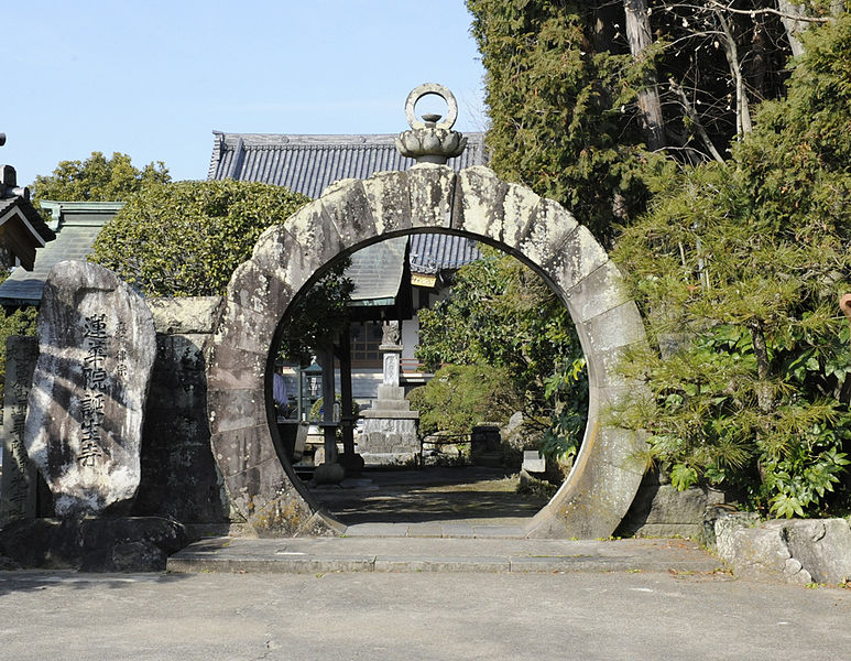 File:蓮華院誕生寺円門.jpg