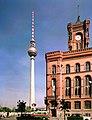 19860930310NR Berlin-Mitte Berliner Fernsehturm Rotes Rathaus.jpg