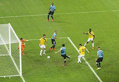 James Rodriguez segna il suo secondo gol contro l'Uruguay negli ottavi di finale di coppa del mondo.