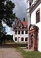 20030705530DR Basedow Schloß Hof Westflügel.jpg