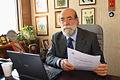 30-07-2009 Diputado Enrique Accorsi Opazo en su oficina, sentado tras escritorio, mira a la camára, con documento en su mano..JPG