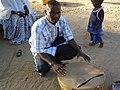 Adama Diop avec le tambour de Agnam-Goly.JPG