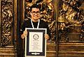 Adrián Cerón con el Record Guinness.jpg