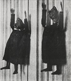 Ubu Roi - Alfred Jarry, Deux aspects de la marionnette originale d'Ubu Roi, premiered at the Théâtre de l'Œuvre on 10 December 1896