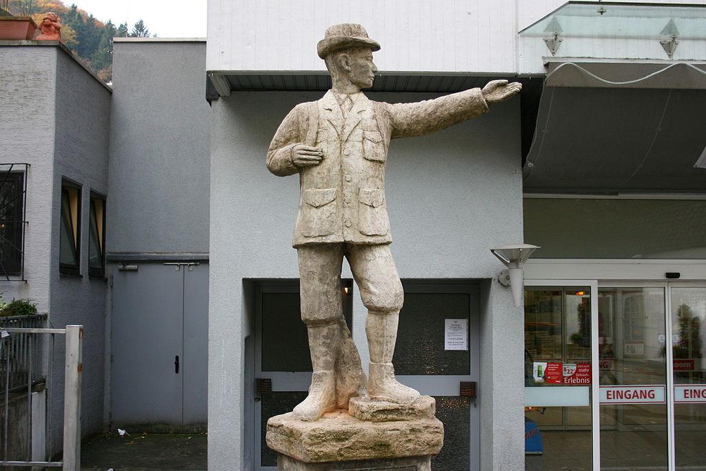 Altena - Richard-Schirrmann-Denkmal 02 ies
