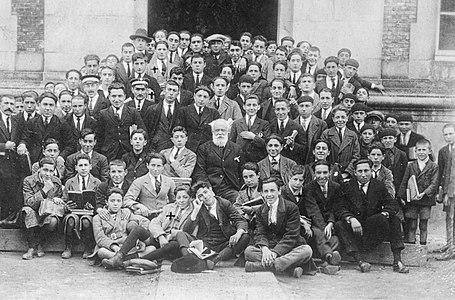 Alumnos do instituto de Pontevedra co profesor Alfredo de la Iglesia. Fraguas é o que está entre os dous ordenanzas 1922