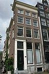 foto van Hoekhuis met gevels onder omlopende lijst, vensterhekjes, stoeppalen en hekken