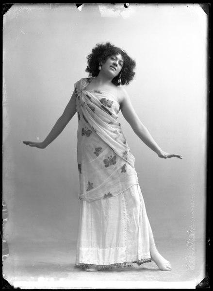 File:Annie Hirsch, dancer, in unknown performance - SMV - GH141.tif