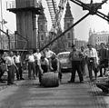 Az Erzsébet híd építése, hordógurítás a szerkezetkész állapot ünneplésekor. Fortepan 59920.jpg