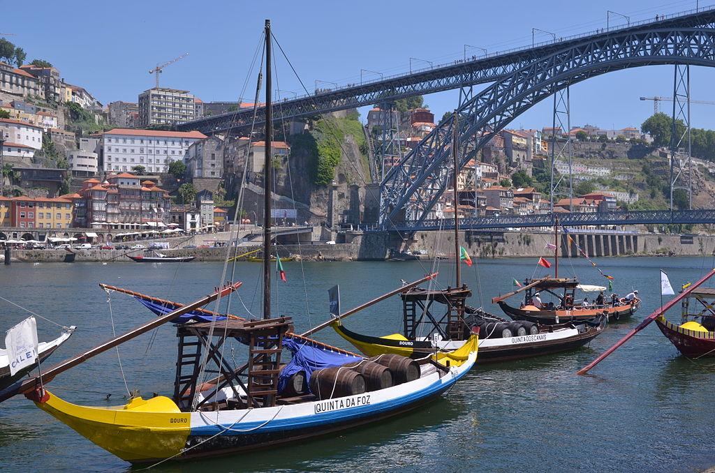 Barques sous le pont Luis I à Porto dans le quartier de Vila Nova de Gaia. Photo de Waxilexlilarose