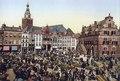 Beeld van de markt voor het Waaggebouw rond de eewwisseling. Boeren en boerinnen uit het Land van.. F67874.tif