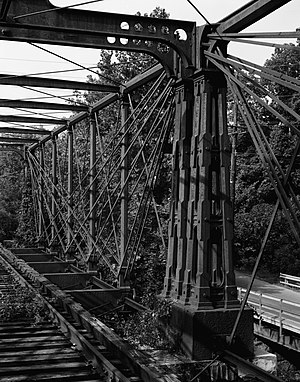 Bollman Truss Railroad Bridge - Paired end posts at mid-span showing connection of diagonal tension members with anchor casting.
