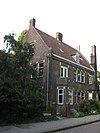 foto van Gebouw met vier woningen in traditionalistische bouwstijl, behorend bij Sint-Ritakerk