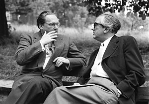 Zyklus - Wolfgang Steinecke (left), who commissioned Zyklus, in conversation with the conductor Heinz Dressel (1957)