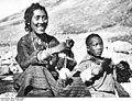 Bundesarchiv Bild 135-KB-12-083, Tibetexpedition, Tibetische Händlerin mit Sohn.jpg