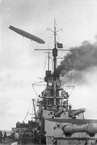 König-class battleship - Image: Bundesarchiv Bild 146 1971 017 32, Besetzung Insel Ösel, Linienschiff und Zeppelin