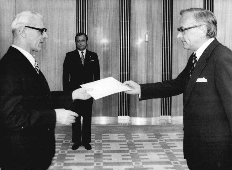 Datei:Bundesarchiv Bild 183-N0602-0026, Berlin, Akkreditierung Günter Gaus, Willi Stoph.jpg